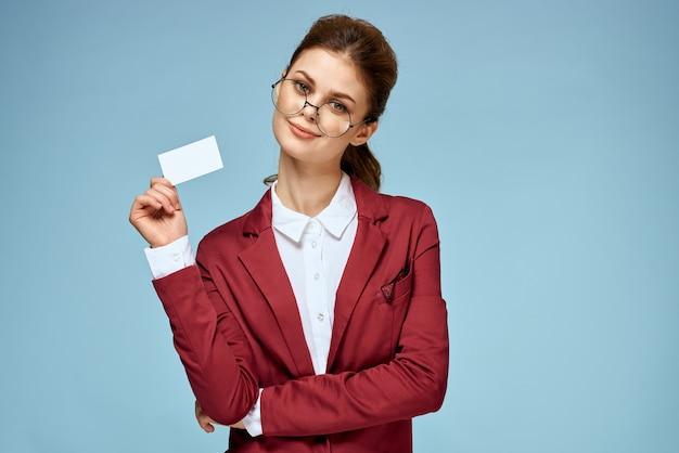 Элегантная женщина красный пиджак визитная карточка официальный уверенно образ жизни синий фон. фото высокого качества