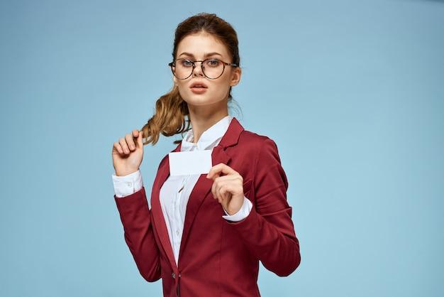 Элегантная женщина в красной куртке визитная карточка официальный уверенный образ жизни