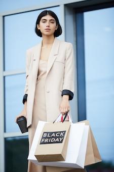 Элегантная женщина покупки
