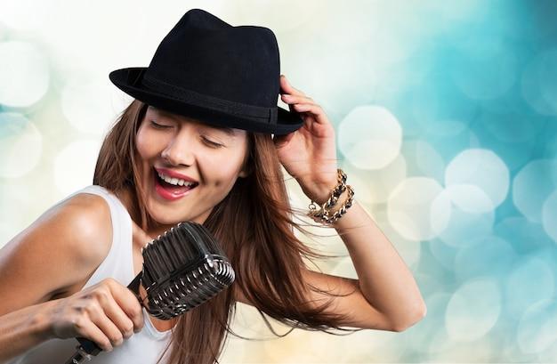エレガントな女性の歌、クローズアップ