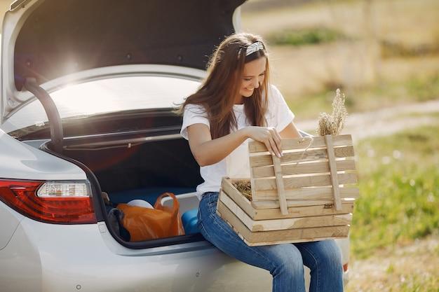 나무 상자와 트렁크에 앉아 우아한 여자