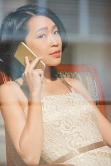 電話で話すエレガントな女性