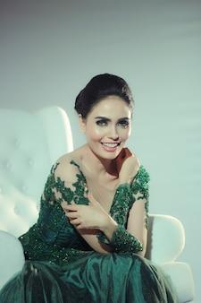 녹색 웨딩 드레스와 매우 아름다운 미소를 입고 우아한 여자