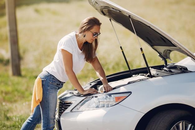 Элегантная женщина вытирает машину тряпкой