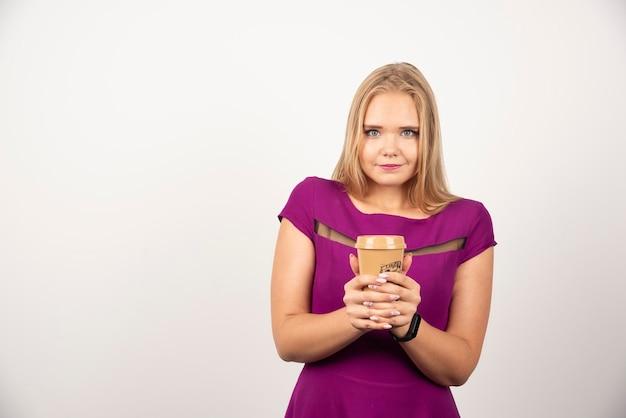 Элегантная женщина с представлять чашки кофе. фото высокого качества