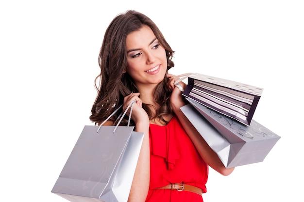 銀の買い物袋を持つエレガントな女性