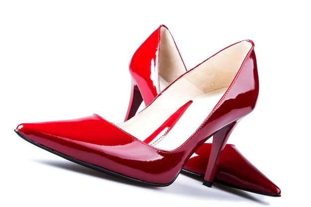 피 묻은 붉은 색의 우아한 여자 하이힐.