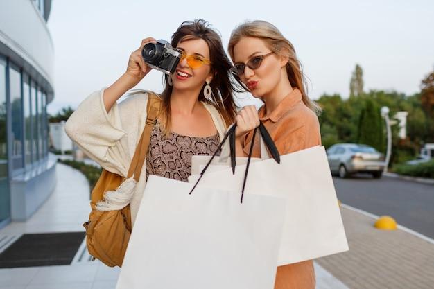 공항에서 야외 여행을 떠나고 쇼핑을 마치고 우아한 여성