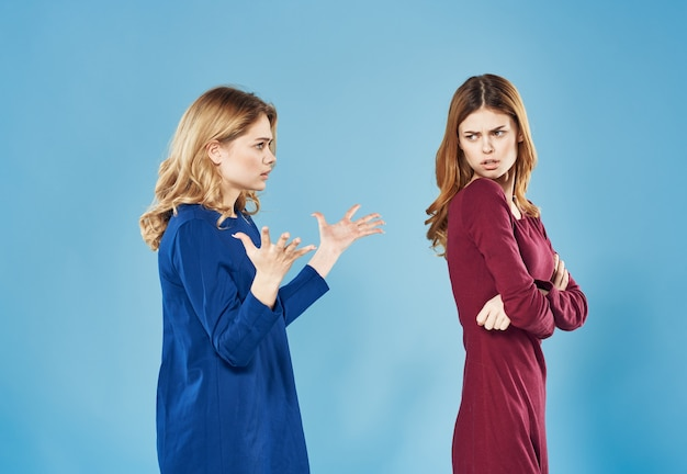 우아한 여성 드레스 싸움 갈등 우정 파란색 배경