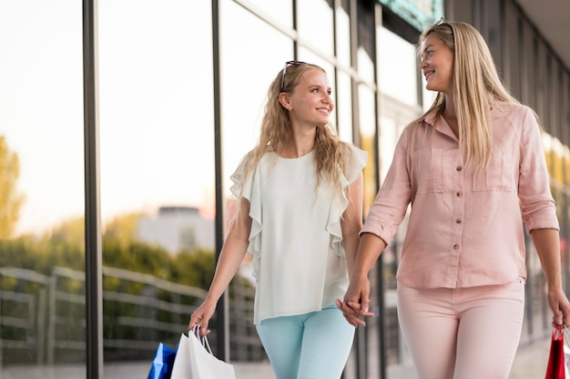 エレガントな女性が一緒に買い物をして幸せ