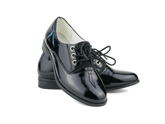 Элегантные женские туфли со шнурками на белой поверхности. модная школьная обувь.
