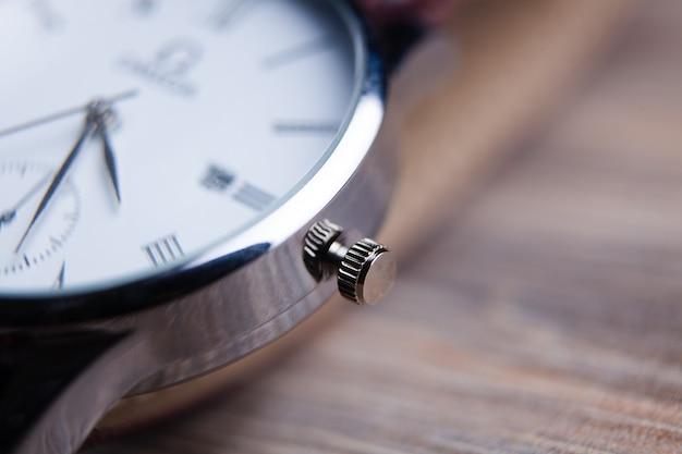 Элегантные наручные часы крупным планом на темноте