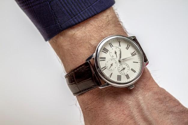 男の手にエレガントな腕時計