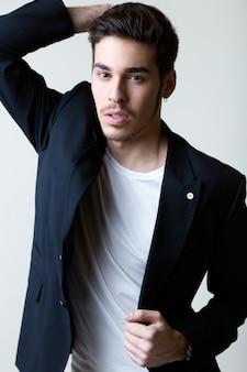 エレガントな若いハンサムな男。スタジオファッションの肖像