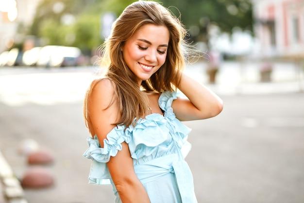 Elegante giovane donna magnifica con grandi occhi marroni e un sorriso incredibile