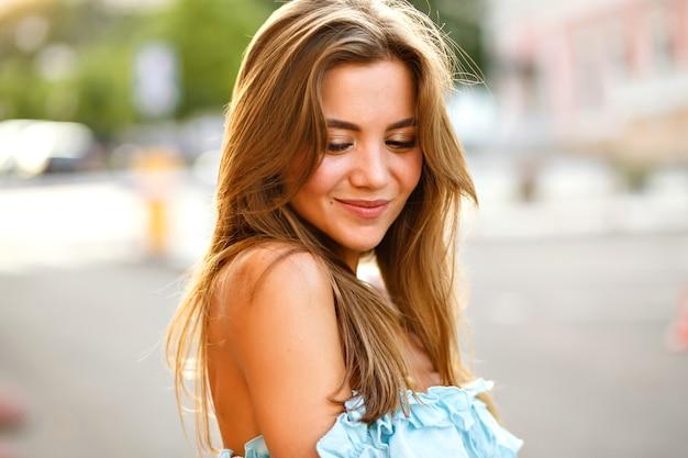 Элегантная молодая великолепная женщина с большими карими глазами и удивительной улыбкой
