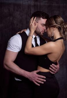 Элегантный молодой мужчина и женщина, обнимая друг друга