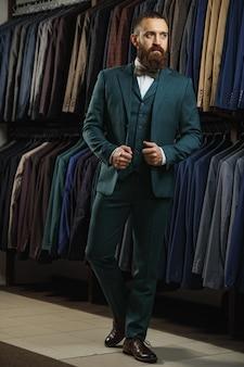 쇼핑몰이나 옷가게에서 양복을 선택하는 소송에서 우아한 젊은 남자
