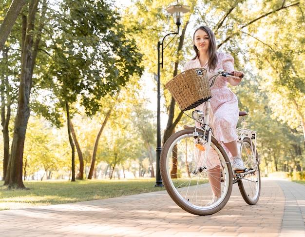 Элегантная молодая женщина, езда на велосипеде