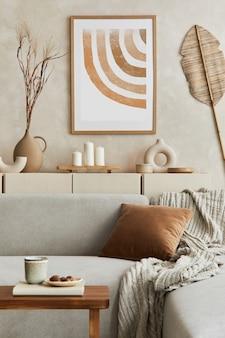 モックアップポスターフレーム、グレーのコーナーソファ、コーヒーテーブル、パーソナルアクセサリーを備えたエレグナットリビングルームのインテリアデザイン。パステルニュートラルカラー。レンプレート。