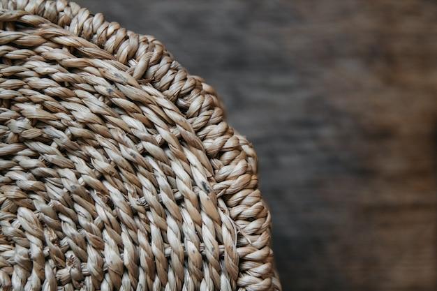 나무 배경에 둥근 고리버들 바구니의 요소 둥근 질감의 패턴