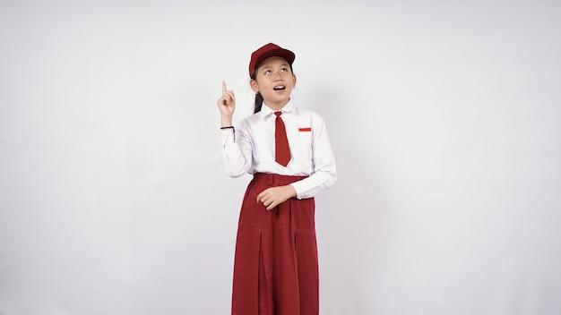 白い背景で隔離の素晴らしいアイデアを見つける小学校アジアの女の子