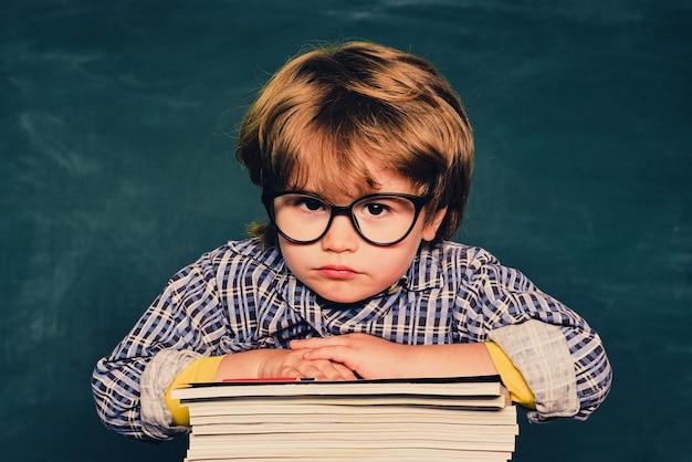 小学校。教育。学校に戻る。学校でいじめられている学童または未就学児
