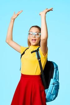 Ученик начальной школы с поднятыми руками
