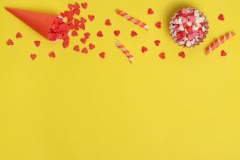 Элементы для дизайна сладкого торта. Конфеты в форме сердца.