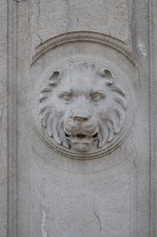 Элементы архитектурного убранства старой стены, каменная голова скульптуры львиная фигура