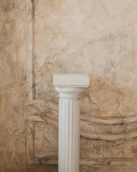 건축 장식, 오래된 기둥, 석고 치장 벽토 몰딩, 벽 질감 및 패턴의 요소.