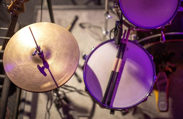 Элементы ударной установки крупным планом вид сверху. музыкальное творчество и концепция практики.