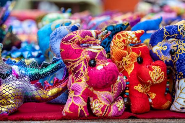 태국 거리 시장에서 판매되는 코끼리 인형. 시장에서 관광객을 위한 기념품, 클로즈업
