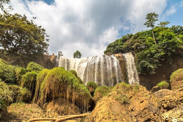 Слоновий водопад в далате, вьетнам, в летний день