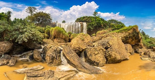 Слоновый водопад в далате
