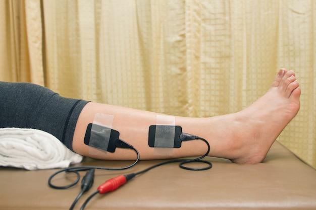 物理療法、eletrical刺激装置を持つ女性