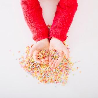 Vista elevata della mano di una ragazza con sprinkles