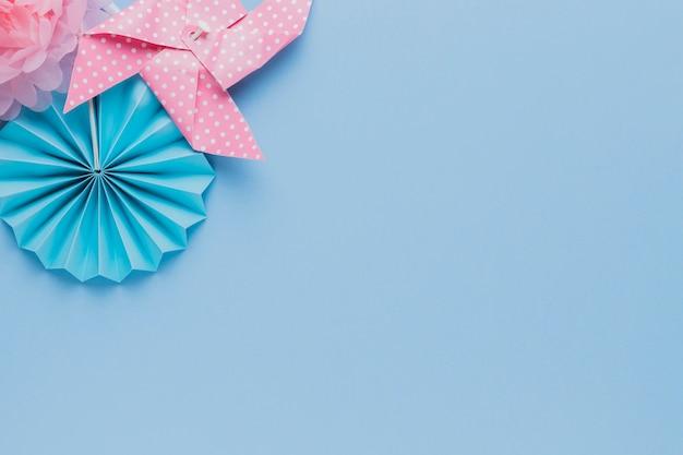 青い背景上の創造的な芸術工芸品の立面図