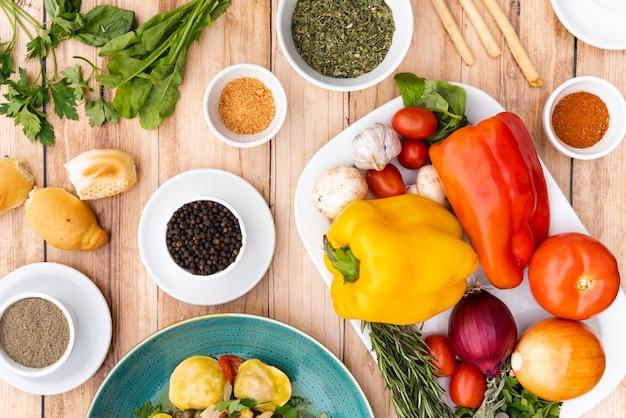 テーブルの上のパスタの健康成分の立面図