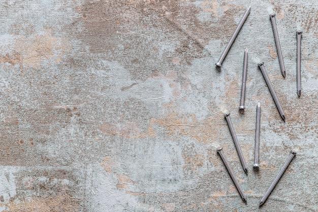 古い木製の机の上の釘の上昇した眺め