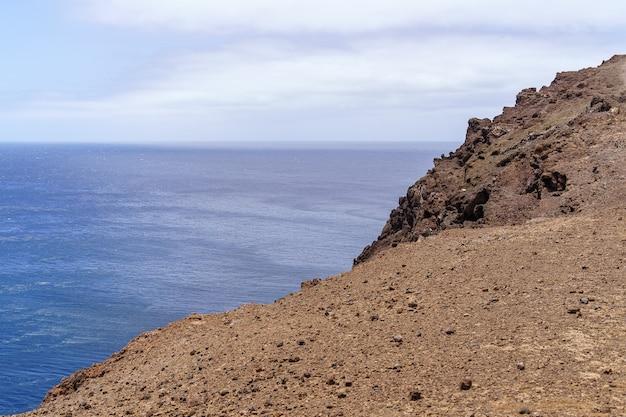 절벽에서 바다의 높은 전망. 바다와 푸른 하늘 사이의 먼 수평선. 그란 카나리아. 유럽,