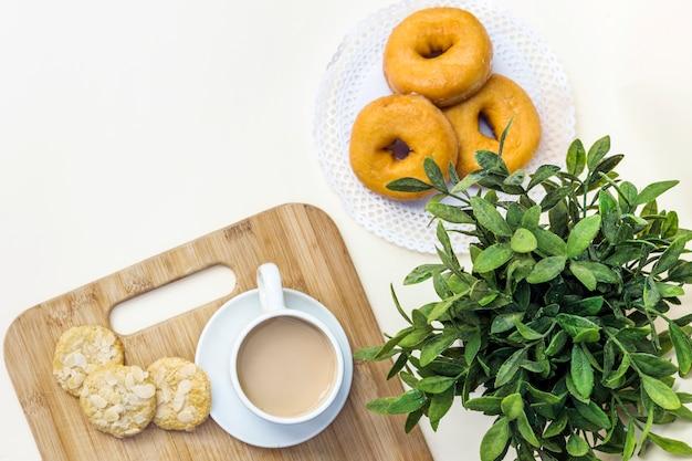 차, 쿠키 및 도넛의 높은보기
