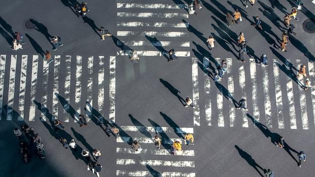 일본의 도로 교차로에서 횡단 보도에있는 사람들의 높은보기. 횡단 보도에서 보행자의 공중 전망입니다. 아시아 시내. 도쿄도