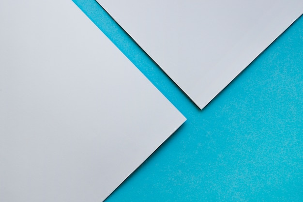 Una vista elevata di due craftpapers grigi su priorità bassa blu