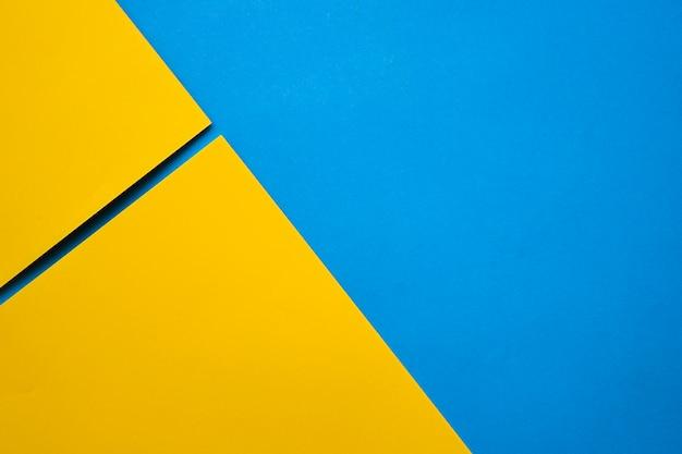 Una vista elevata di due craftpapers gialli sulla superficie del blu