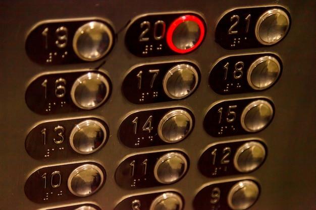 숫자 20이 활성화된 엘리베이터 버튼. 엘리베이터 키보드