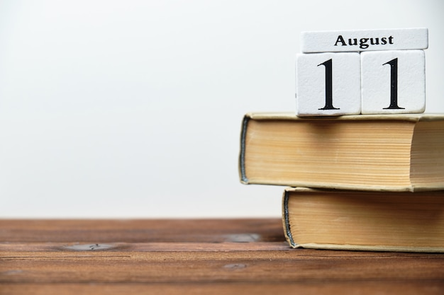 Одиннадцатый день календарного месяца августа на деревянных блоках с копией пространства