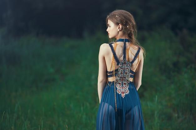 屋外の森のエルフの女性