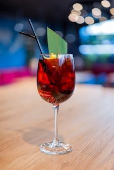 과일과 얼음을 곁들인 맛있는 알코올 칵테일