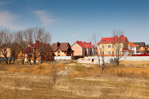 봄 하늘 배경에 건설중인 엘리트 별장 마을